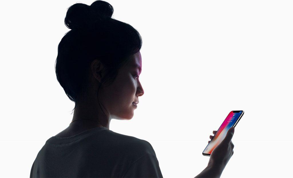 顔をiPhoneXに向けて、画面を下から上へタッチすると、ロックが解除されます。
